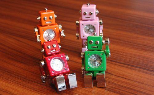 【レビュー】おもちゃのミニチュアロボットが時間と悲喜こもごもをお知らせ「ミニチュアクロック ロボット」