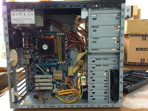 組み立て中のパソコン